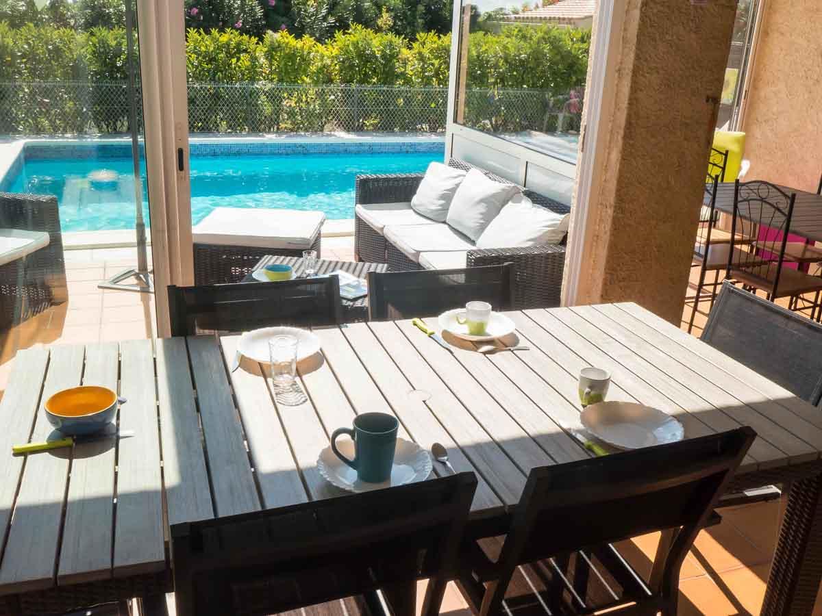 les biens classés - terrasse avec vue sur piscine