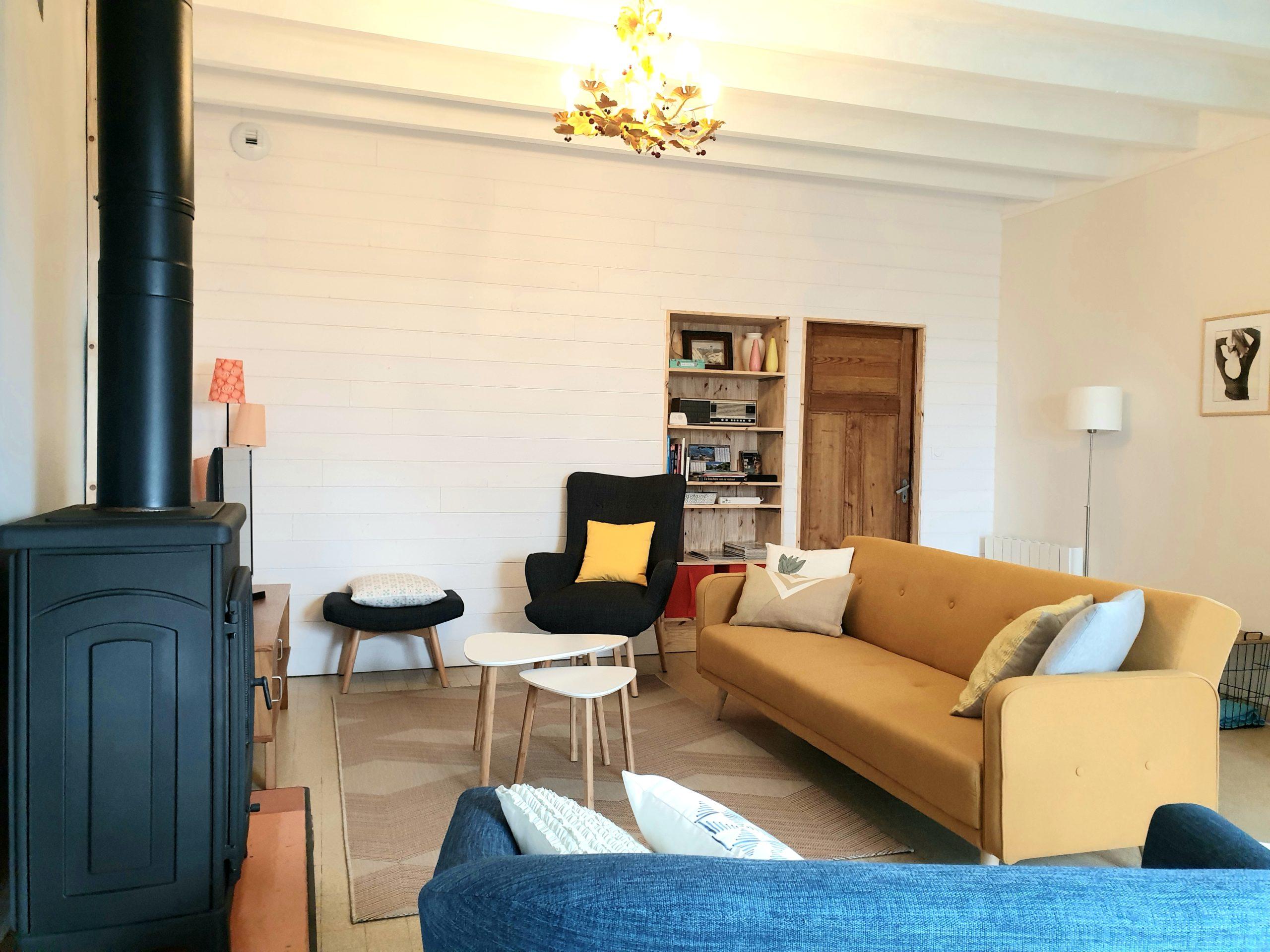 salon avec canapé et cheminée