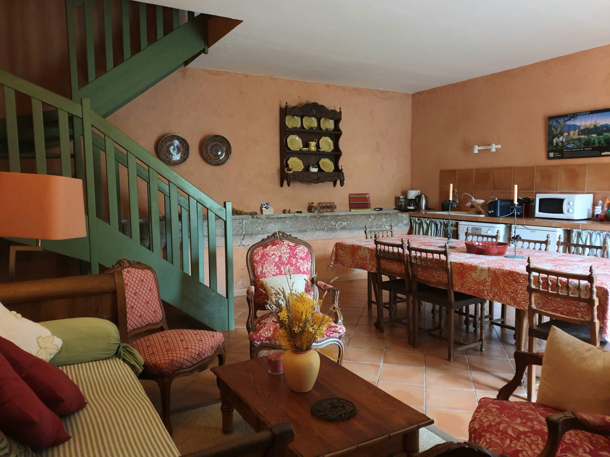 salon avec canapé et escalier bois vert