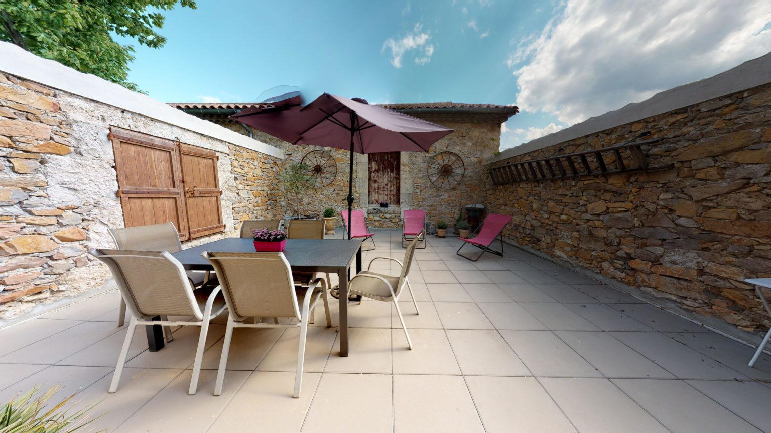 Terrasse table parasol et transats