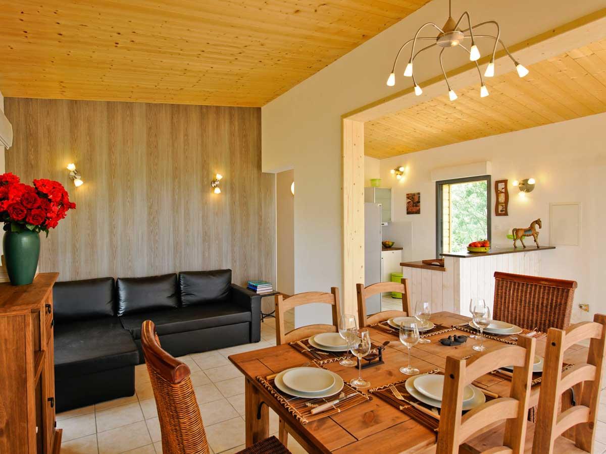 Salon table chaises et canapé