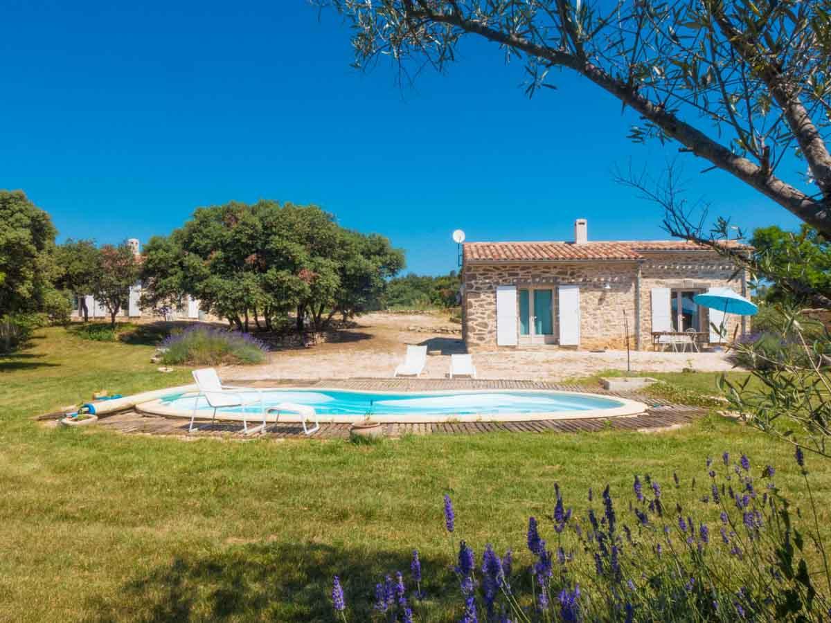 Maison piscine bleue jardin