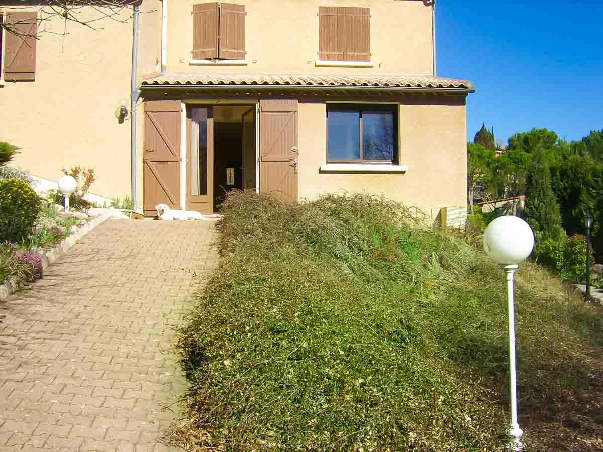 Maison allée herbe