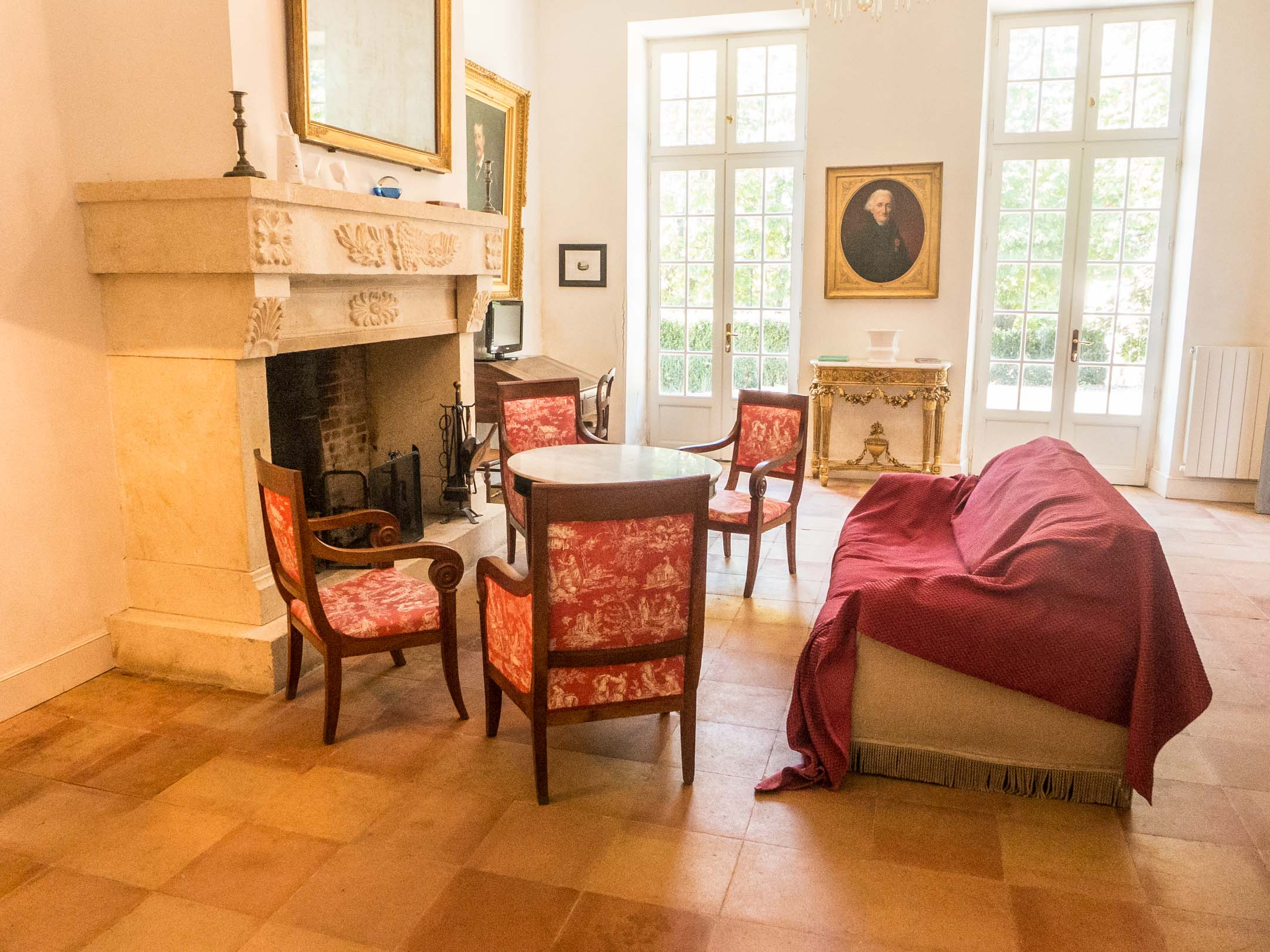 Salon table chaises canapé rouge