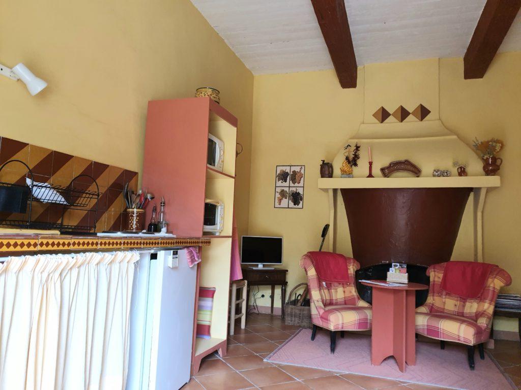 Salon cuisine fauteuils roses