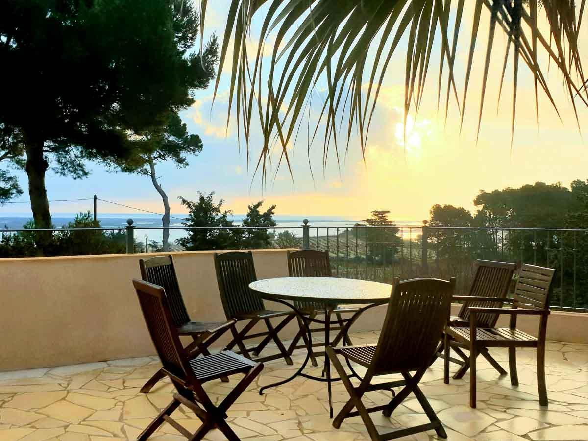 terrasse couché de soleil table chaise
