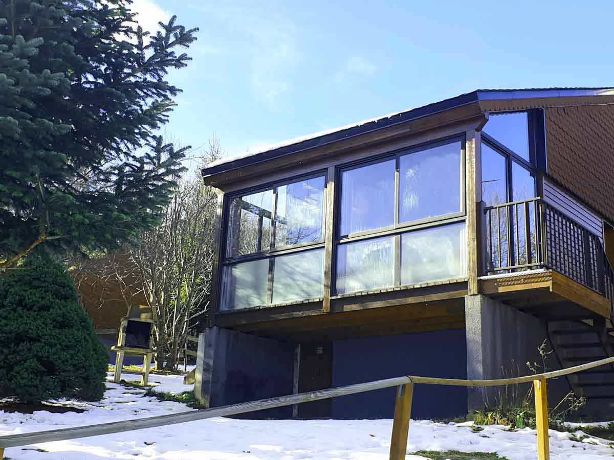 Maison baies vitrées neige