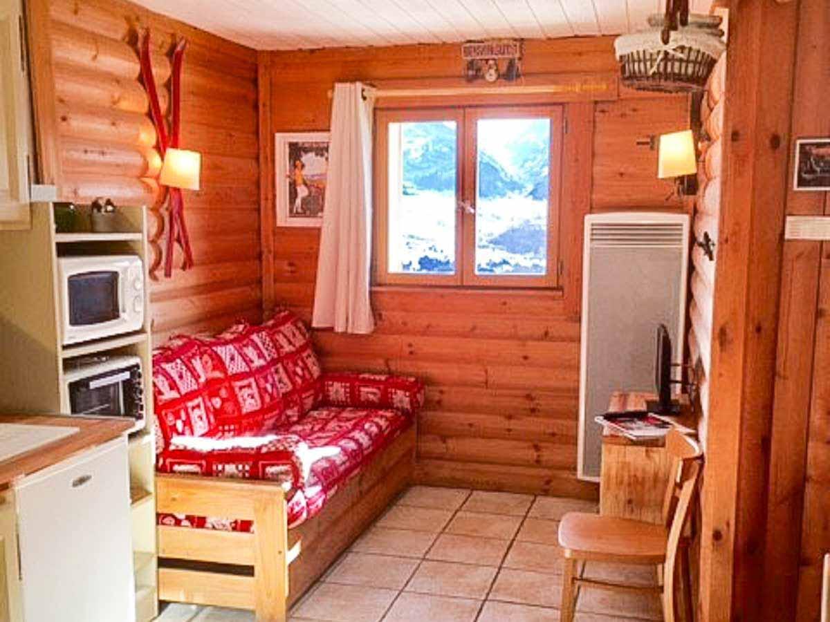 salon bois canapé rouge