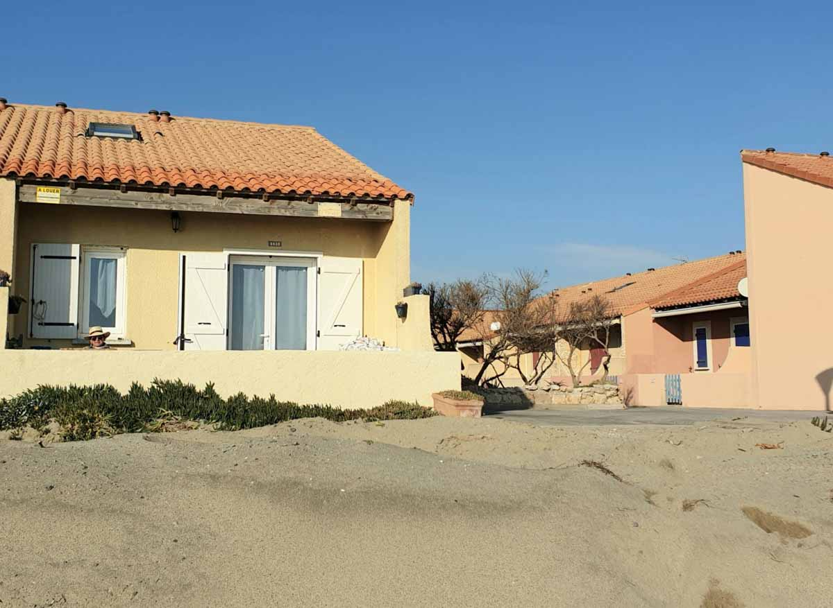 Maison jaune sable