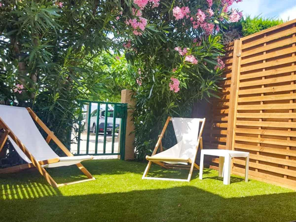 Jardin chaises transats lauriers