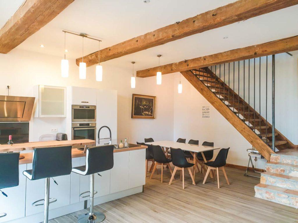 Cuisine salle à manger escalier en bois