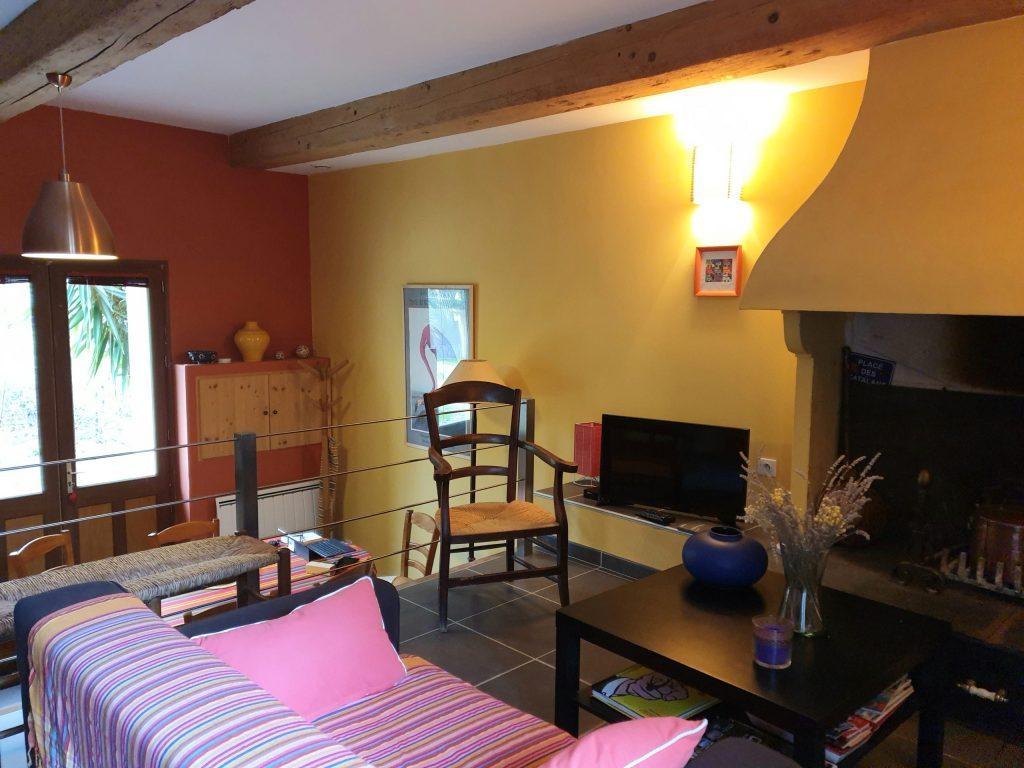 Salon canapé rose chaises